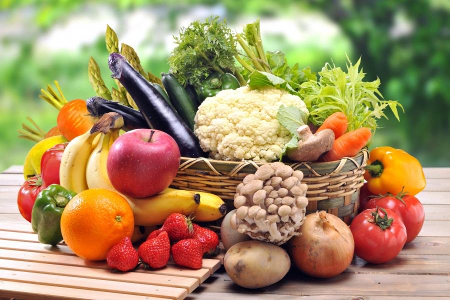 Dlaczego warto jeść sezonowe i lokalne owoce i warzywa?