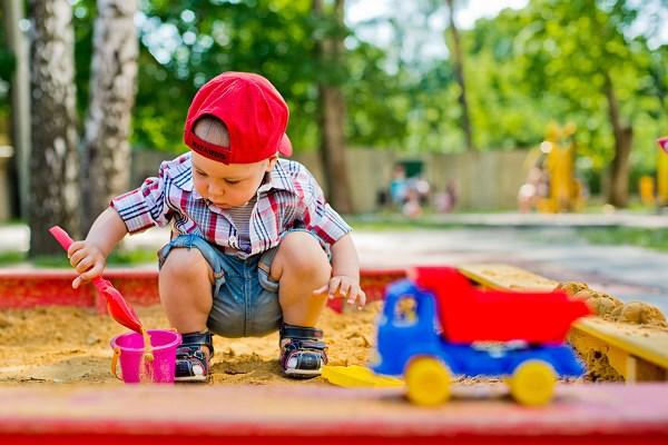Znalezione obrazy dla zapytania dzieci  zabawa nakrycie głowy